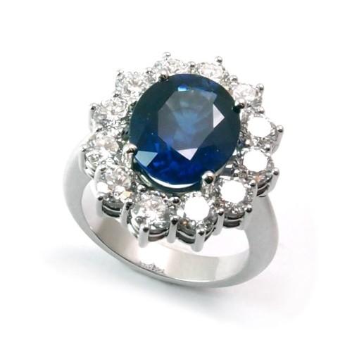 Sortija de oro blanco, zafiro y diamantes. LARRA1951