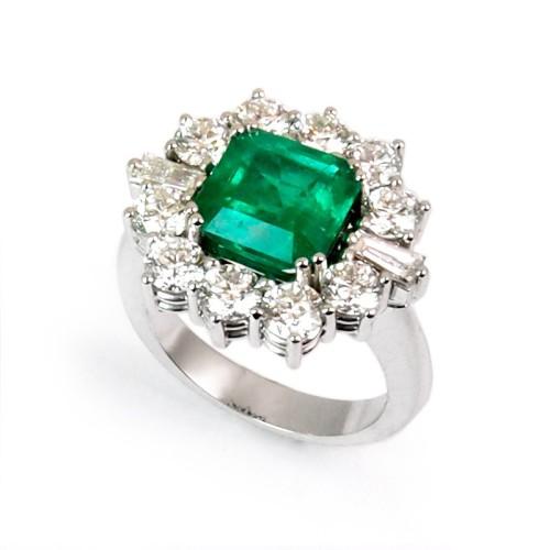 Sortija de oro blanco, esmeralda y diamantes. LARRA1953
