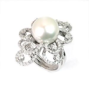 Sortija de oro blanco, perla y diamantes. LARRA1393