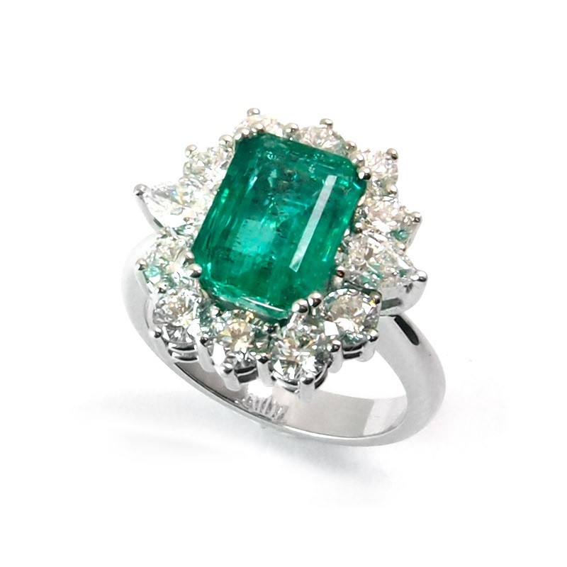 Sortija de oro blanco,esmeralda y diamantes. LARRA1921