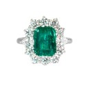 Sortija de oro blanco,esmeralda y diamantes. A1921