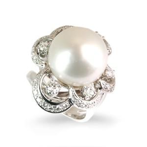 Sortija de oro blanco, perla y diamantes. LARRA1355