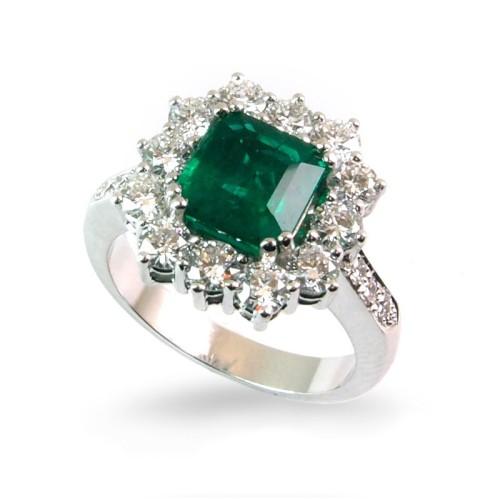 Sortija de oro blanco, esmeralda y diamantes. LARRA1599