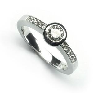Anillo Compromiso Solitario de oro blanco con diamantes B01101757