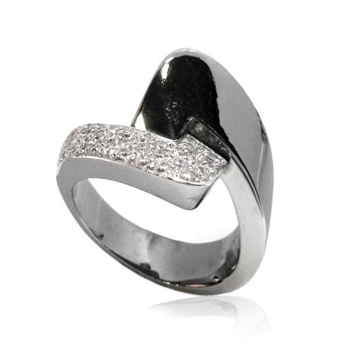 Sortija de oro negro y diamantes . B01100333